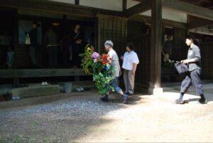 藤村健一朗・花を生ける。